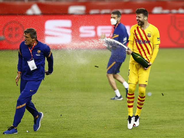 Video: Gerard Piqué sprays all the journalists with champagne upon arriving at the team hotel