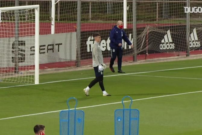 Grandes defesas de Kepa no treino da Espanha