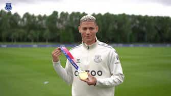 Image d'aperçu pour Richarlison présente la médaille d'or olympique à ses coéquipiers