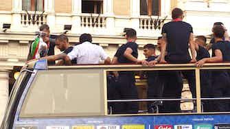 Anteprima immagine per Bernardeschi e Bonucci guidano la sfilata sul bus scoperto