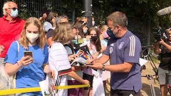 """Vorschaubild für """"Leon, wir lieben Sie"""": Kreischende Fans bei DFB-Abfahrt"""