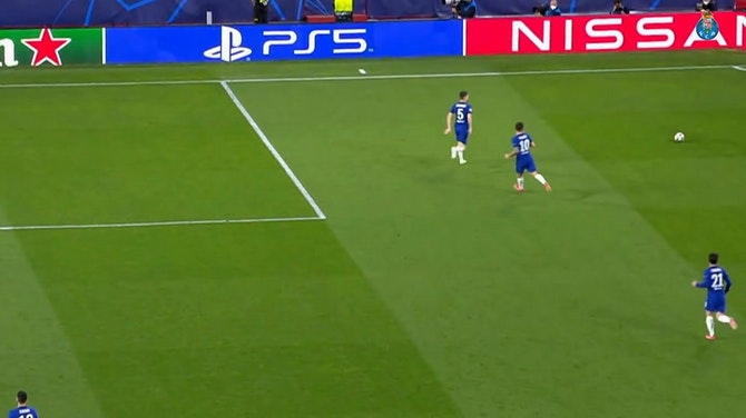 Taremi marca de bicicleta pelo Porto contra o Chelsea na Champions