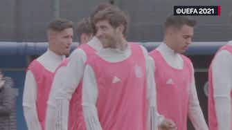Imagen de vista previa para Ambiente relajado en el entrenamiento de España antes de la final ante Francia