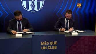 Imagen de vista previa para Pjanic estampa su firma y posa con la camiseta del Barça