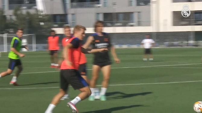 Imagen de vista previa para Exigente sesión con balón en la Ciudad Real Madrid