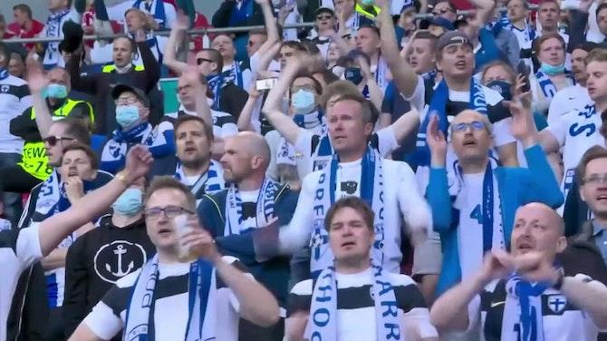 Dänemark- und Finnland-Fans unterstützen Eriksen
