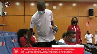 Image d'aperçu pour Les anciennes stars de La Liga, Roberto Carlos et Fernando Torres, passent leur diplôme d'entraîneur