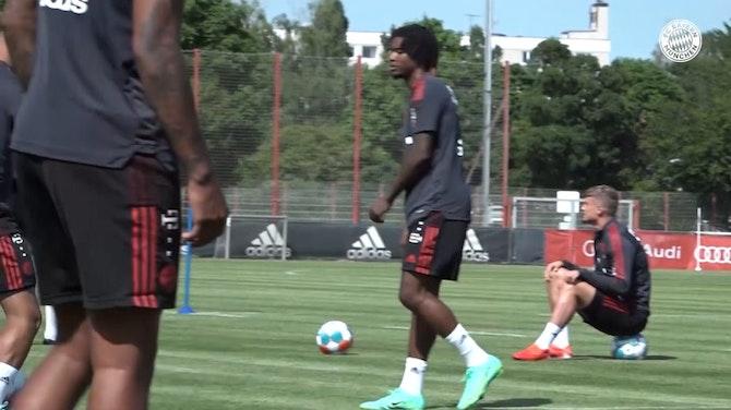 Vorschaubild für Bayern Munich's training with new signing Omar Richards