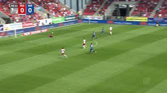Imagem de visualização para Jahn Regensburg atropela o Schalke 04 e segue líder da 2. Bundesliga