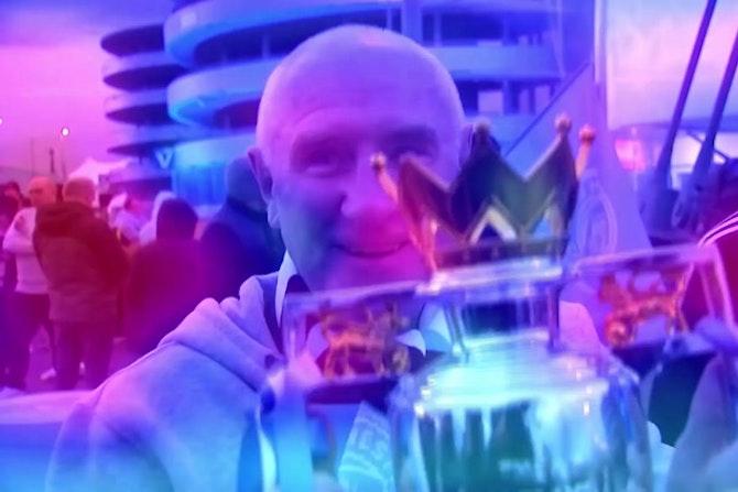 Man City - Des fans célèbrent le titre devant l'Etihad Stadium