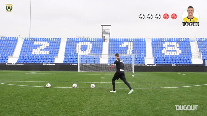 CD Leganés goalkeepers face each other in crossbar challenge
