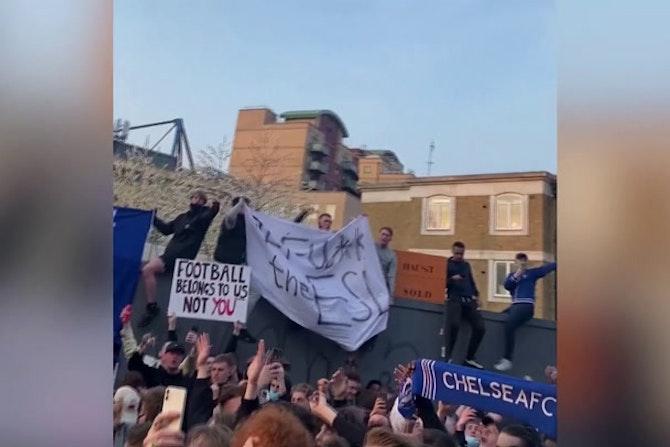 Los aficionados del Chelsea celebran la salida de su club de la Superliga