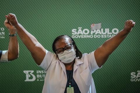 Imagem do artigo: https://image-service.onefootball.com/crop/face?h=810&image=https%3A%2F%2Fcdn.meutimao.com.br%2F_upload%2Fnoticia%2F2021%2F01%2F17%2Fprimeira-brasileira-vacinada-e-corinthiana_m3941w.jpg&q=25&w=1080