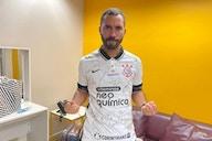 Gil do Vigor é presenteado com camisa do Corinthians e recebe convite para conhecer o clube