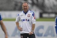 Ex-técnico do Corinthians, Mano Menezes completa 59 anos e recebe mensagem do clube