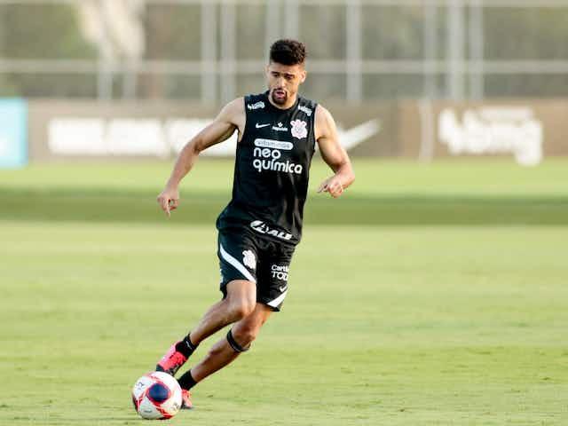 Léo Santos fala sobre nervosismo em reestreia e cita amizade com líderes do elenco do Corinthians