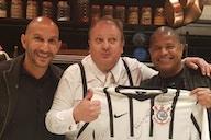 Ídolo do Corinthians presenteia Erick Jacquin com camisa do Timão