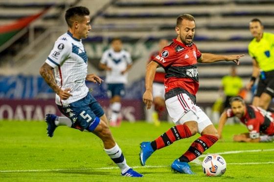 Imagem do artigo: https://image-service.onefootball.com/crop/face?h=810&image=https%3A%2F%2Fcolunadofla.com%2Fwp-content%2Fuploads%2F2021%2F04%2Feverton-ribeiro-flamengo-velez.jpg&q=25&w=1080