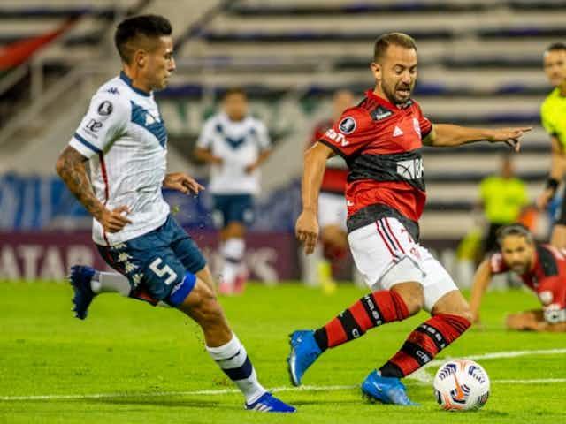 Everton Ribeiro vacila no ataque, mas cumpre função tática e lidera desarmes contra o Veléz