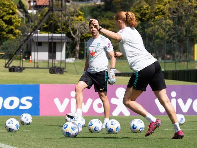 Comissão da Seleção Feminina Sub-17 acompanha rotina da equipe de Pia Sundhage