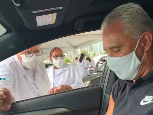 Tite recebeu a primeira dose da vacina contra a covid-19 no Rio de Janeiro