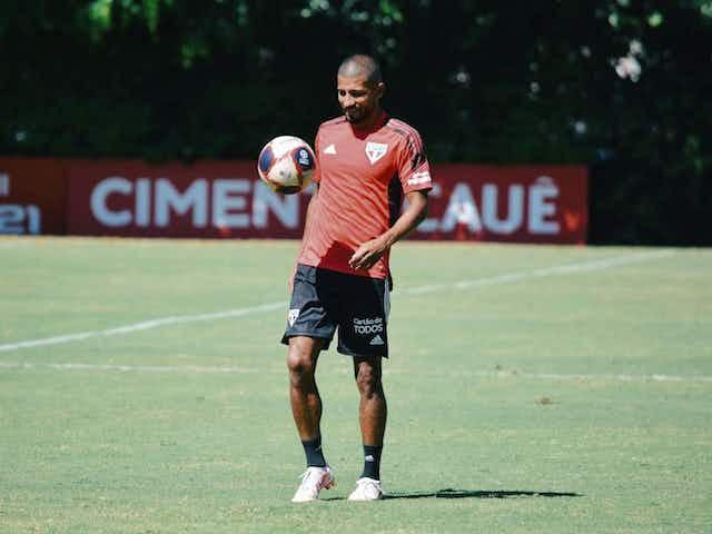 Rojas chama atenção nos treinos e deve ser titular contra São Caetano