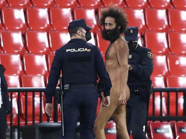 Homem nu invade gramado do jogo entre Granada e Manchester United, pela Liga Europa