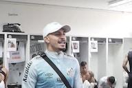 """Mesmo lesionado, Alison demonstra liderança no Santos: """"Estamos defendendo a história de um clube"""""""