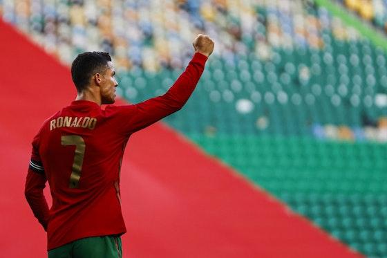 Imagem do artigo: https://image-service.onefootball.com/crop/face?h=810&image=https%3A%2F%2Fesportenewsmundo.com.br%2Fwp-content%2Fuploads%2F2021%2F06%2Fcr7-portugal-euro-scaled.jpg&q=25&w=1080
