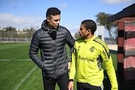 Bolívar, ex-zagueiro e treinador, visita Taison e acompanha treino do Internacional
