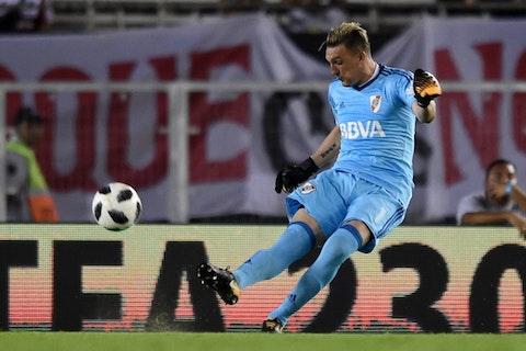 Imagem do artigo: https://image-service.onefootball.com/crop/face?h=810&image=https%3A%2F%2Ffutebolatino.lance.com.br%2Fwp-content%2Fuploads%2F2018%2F02%2Festreia-de-armani-tem-golaco-de-scocco-e-vitoria-do-river-plate-Futebol-Latino-04-02.jpg&q=25&w=1080