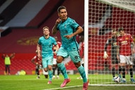 Um clássico adiado, tenso e espetacular terminou com vitória enorme do Liverpool em Old Trafford