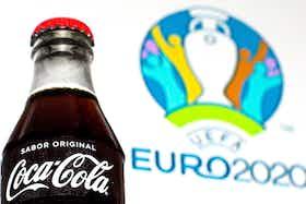 Imagem do artigo: https://image-service.onefootball.com/crop/face?h=810&image=https%3A%2F%2Fi0.wp.com%2Ftrivela.com.br%2Fwp-content%2Fuploads%2F2021%2F07%2FCoca-Cola-Euro-2020.jpg%3Ffit%3D1920%252C1080%26ssl%3D1&q=25&w=1080