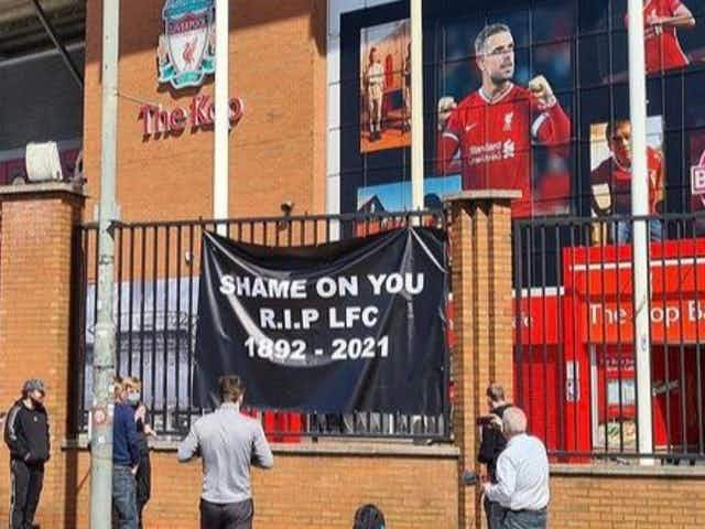 (Photos) Liverpool fans protest with anti-Super League banners at Anfield