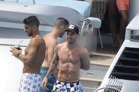 Article image: https://image-service.onefootball.com/crop/face?h=810&image=https%3A%2F%2Ficdn.football-espana.net%2Fwp-content%2Fuploads%2F2021%2F07%2FLuis-Suarez-and-Lionel-Messi.jpg&q=25&w=1080
