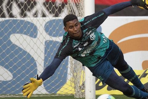 Imagem do artigo: https://image-service.onefootball.com/crop/face?h=810&image=https%3A%2F%2Fimages.performgroup.com%2Fdi%2Flibrary%2Fdazneditorialimages%2Fa4%2F1d%2Fhugo-souza-flamengo-goias-brasileirao-13102020_hugo_souza_flamengo_goias_brasileirao_13102020_trdau8mhu8ea1rieajcloalth.jpg%3Ft%3D-571159433&q=25&w=1080