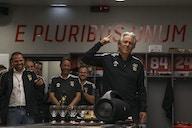 Festa pelo aniversário de Jorge Jesus no vestiário do Benfica
