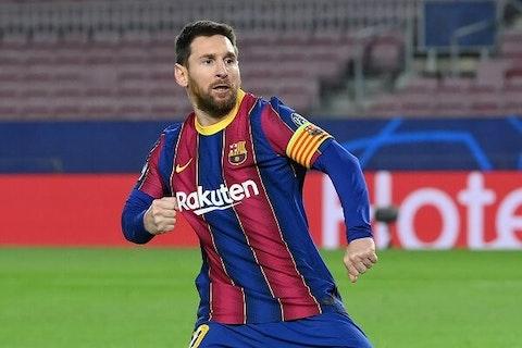 Imagem do artigo: https://image-service.onefootball.com/crop/face?h=810&image=https%3A%2F%2Fmaisqueumjogo.com.br%2Fwp-content%2Fuploads%2F2021%2F02%2FMessi-Barcelona-200221.jpg&q=25&w=1080