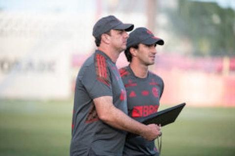 Imagem do artigo: https://image-service.onefootball.com/resize?fit=max&h=708&image=https%3A%2F%2Fmaisqueumjogo.com.br%2Fwp-content%2Fuploads%2F2021%2F05%2FRog%C3%A9rio-Ceni-Flamengo-010521-290x190.jpg&q=25&w=1080