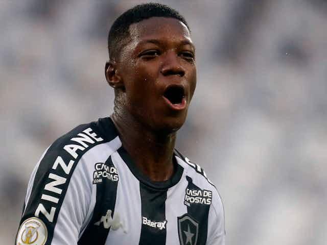 Sem acordo entre Athletico Paranaense e Botafogo, negociações por Matheus Babi emperram