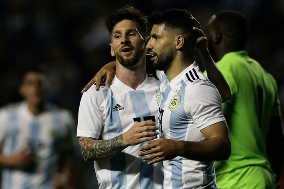 Imagem do artigo: https://image-service.onefootball.com/crop/face?h=810&image=https%3A%2F%2Fmercadodofutebol.com%2Fwp-content%2Fuploads%2F2021%2F04%2Flionel-messi-sergio-aguero-argentina-haiti-international-friendly-2018_1crkowh8hjemd1iz7zno6c4lsy.jpg&q=25&w=1080