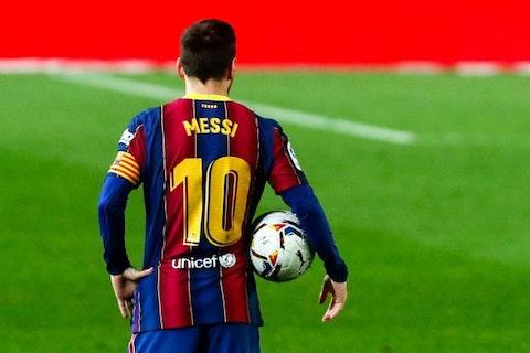 Image de l'article : https://image-service.onefootball.com/crop/face?h=810&image=https%3A%2F%2Fstatic.butfootballclub.fr%2Fphoto_article%2F458906%2F191872%2F800-L-fc-barcelone-la-liga-fait-un-cadeau-messi-pour-le-retenir.jpg&q=25&w=1080