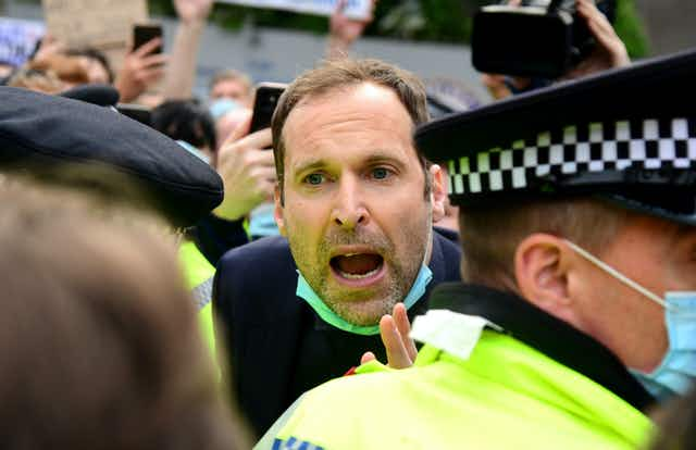 🎥 Petr Čech pleads with protesters after Chelsea fans block bus