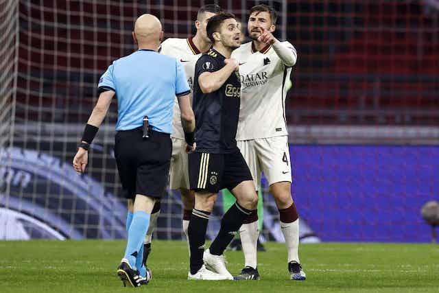 📸 Voll auf die Nase! Ajax-Balljunge rächt sich an Roma-Profi 🙈