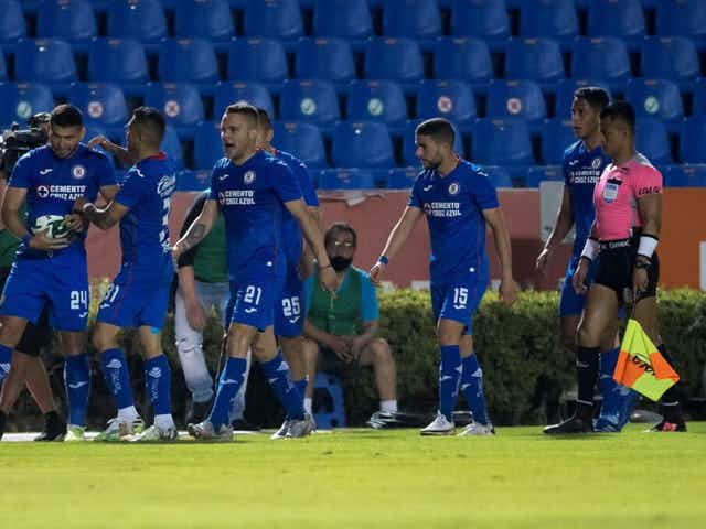 Critican penalti a favor de Cruz Azul en el Clásico Joven