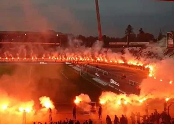 🎥 Torcida do Karlsruher dá adeus ao estádio com show pirotécnico