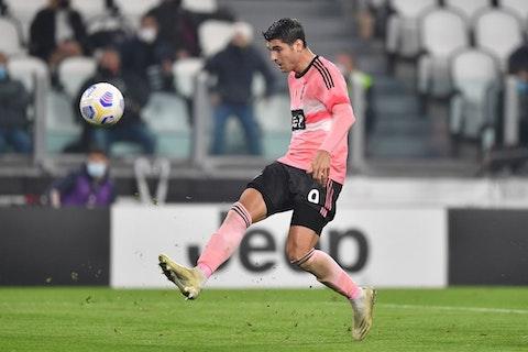Imagem do artigo: https://image-service.onefootball.com/resize?fit=max&h=721&image=https%3A%2F%2Fwp-images.onefootball.com%2Fwp-content%2Fuploads%2Fsites%2F13%2F2020%2F10%2FJuventus-v-Hellas-Verona-FC-Serie-A-1603660926.jpg&q=25&w=1080