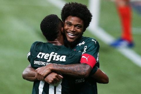 Imagem do artigo: https://image-service.onefootball.com/crop/face?h=810&image=https%3A%2F%2Fwp-images.onefootball.com%2Fwp-content%2Fuploads%2Fsites%2F13%2F2021%2F02%2F2020-Brasileirao-Series-A-Palmeiras-v-Corinthians-Play-Behind-Closed-Doors-Amidst-the-Coronavirus-COVID-19-Pandemic-1613909702-1000x750.jpg&q=25&w=1080