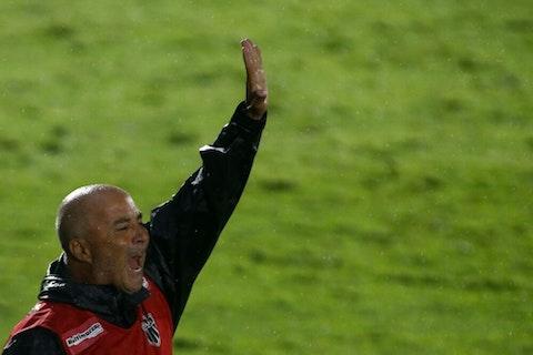 Imagem do artigo: https://image-service.onefootball.com/crop/face?h=810&image=https%3A%2F%2Fwp-images.onefootball.com%2Fwp-content%2Fuploads%2Fsites%2F13%2F2021%2F02%2F2020-Brasileirao-Series-A-Red-Bull-Bragantino-v-Atletico-Mineiro-1614285706-1000x675.jpg&q=25&w=1080