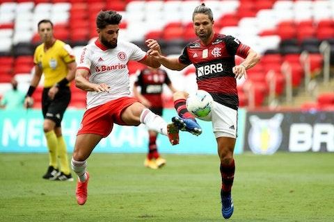 Imagem do artigo: https://image-service.onefootball.com/crop/face?h=810&image=https%3A%2F%2Fwp-images.onefootball.com%2Fwp-content%2Fuploads%2Fsites%2F13%2F2021%2F02%2FBrasileirao-Series-A-Flamengo-v-Internacional-1614091114-1000x667.jpg&q=25&w=1080